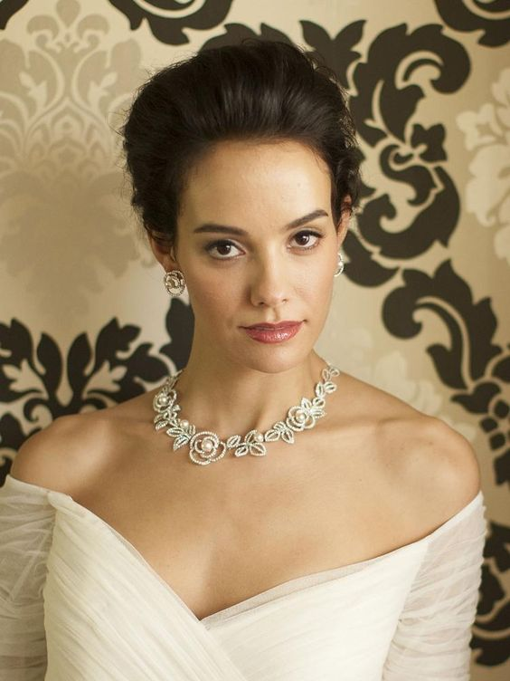 Bride Wearing Pearl Jewelry Set for Wedding